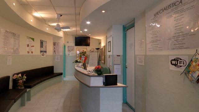 vista della reception e la sala di attesa del Poliambulatorio Sanimed 98