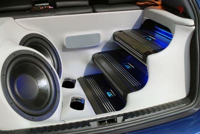 due casse e degli amplificatori auto