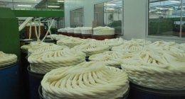 di tessuti filati gialli in una fabbrica