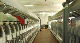 un corridoio in una fabbrica tessile