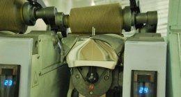un macchinario con un grosso filo per cucire