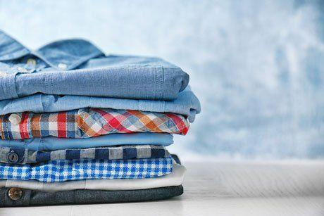 Otto camicie di vari colori piegate