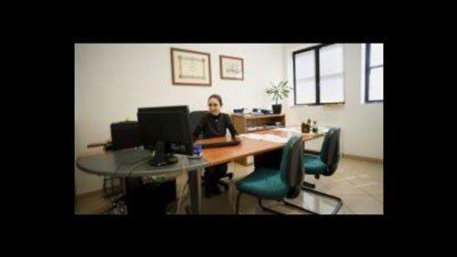 Donna seduta dietro una scrivania elegante