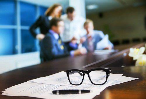 occhiali su un contratto