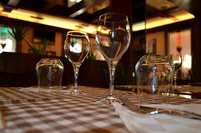bicchieri di vino a tavola