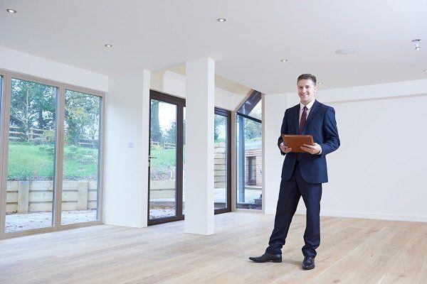 agente immobiliare in casa vuota