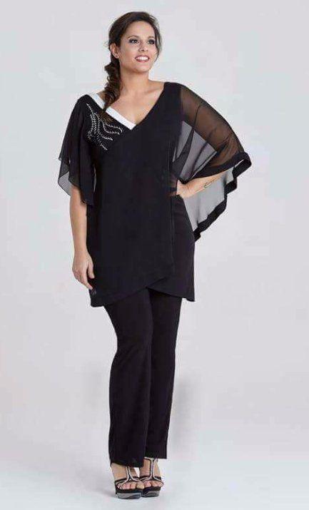 un ragazza  con una maglietta nera con una manica trasparente e dei pantaloni
