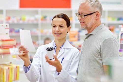 farmacista donna illustra un farmaco a un cliente