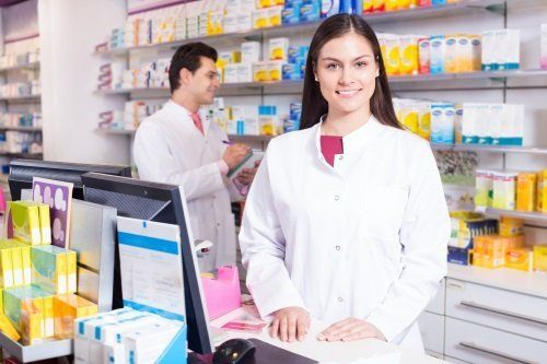 Farmacista sorridente donna