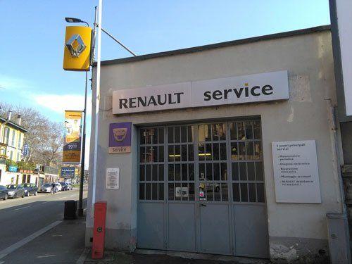l'officina vista dall'esterno con l'insegna Renault Service