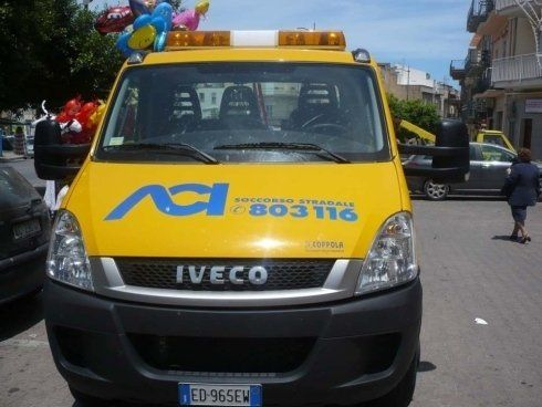 un carro attrezzi giallo