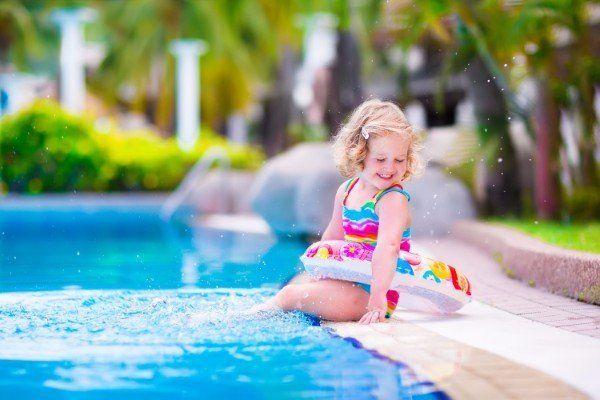 Bambina nella piscina