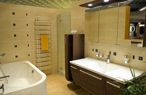 un bagno moderno con lavabo, vasca e cabina doccia