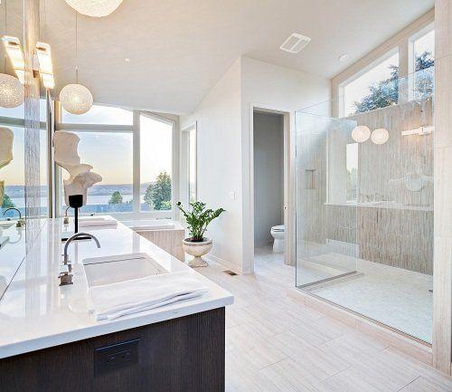 un bagno moderno con lavabo box doccia in vetro e wc