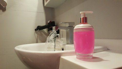 un flacone di sapone e un lavabo