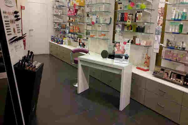 Interno della farmacia,angolo dove ci sono prodotti per il trucco e belleza