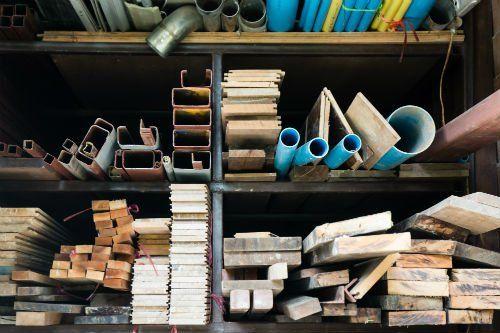 Scaffali contenenti materiali edili di diversa natura