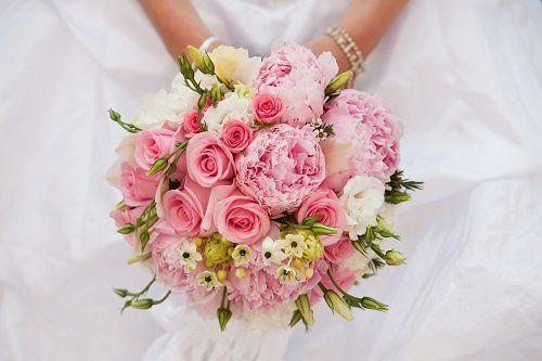 due mani che tengono un mazzo di fiori