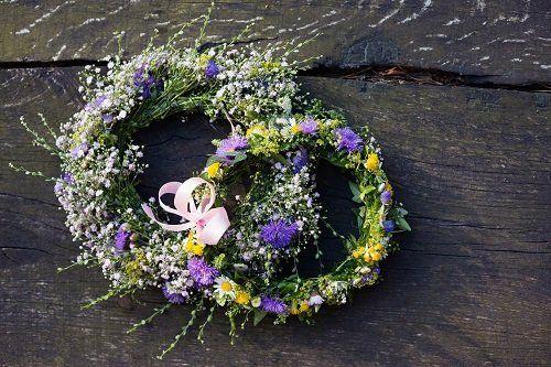 due ghirlande di fiori con un fiocco
