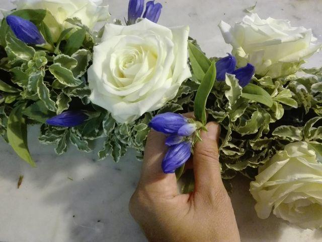 una composizione di fiorellini bianchi e rosa