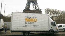camion traslochi con tour eiffel sullo sfondo