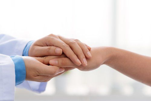 medico tiene la mano a una paziente