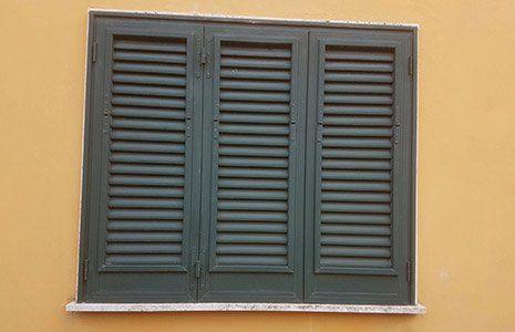 finestra con persiana a Montemurlo
