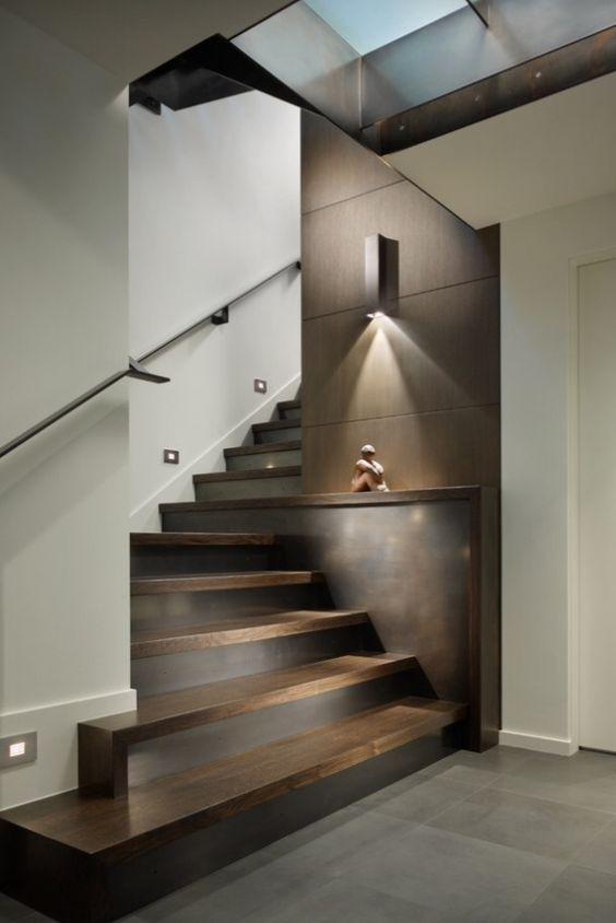 scala in legno scuro