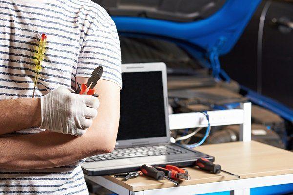 una mano che attacca un hard disk con un cavo sata di un computer