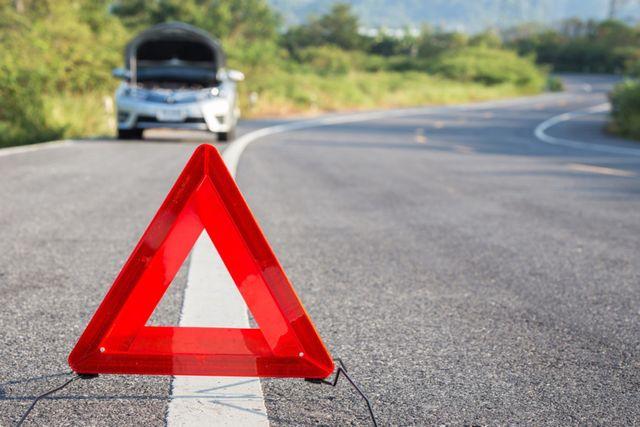 triangolo d'emergenza stradale in primo piano