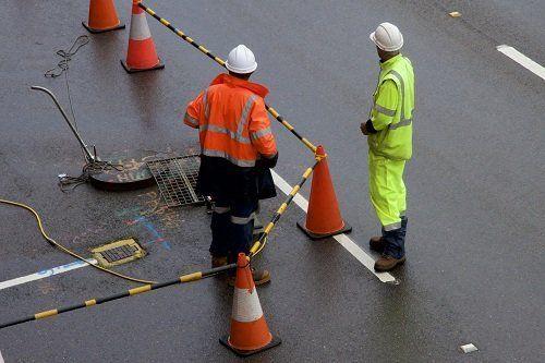 Due operatori che delimitano la zona per lavorare in maniera sicura