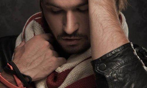 un modello con le mani nei capelli