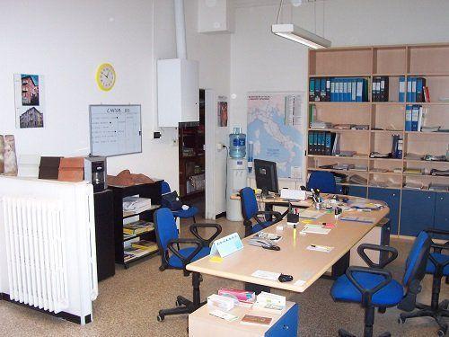 un ufficio con una scrivania e delle sedie blu