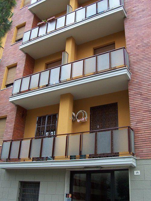 Un condominio con vista dei balconi