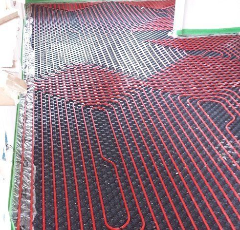 Dei tubi rossi di un impianto termoidraulico