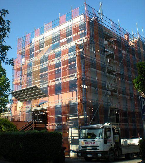 Un'impalcatura davanti a uno stabile in costruzione