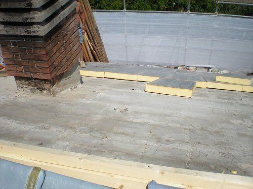 Un comignolo e un tetto in fase di costruzione