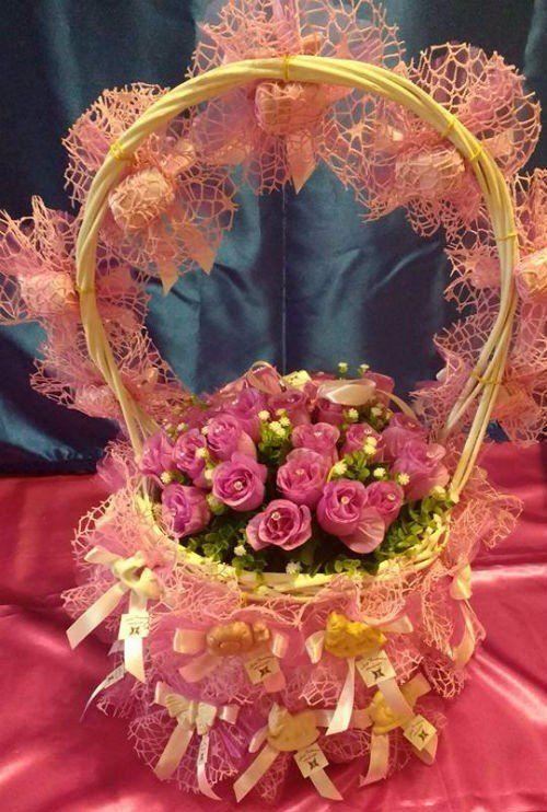 Un cesto con del velo viola e delle roselline