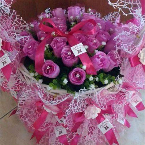 Un cestino con delle roselline viola