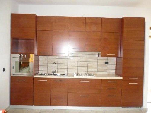 una cucina a blocco con mobili in legno
