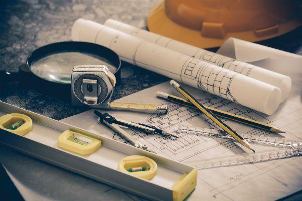 piani, matite, compasso, lente d'ingrandimento,,casco di protezione