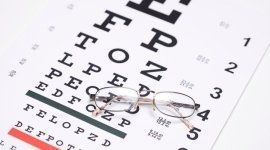 occhiali su una tabella con lettere