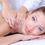 due mani che massaggiano la spalla di una donna
