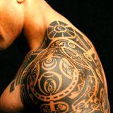 una spalla con un tatuaggio