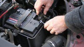 meccanico ripara la batteria di un auto