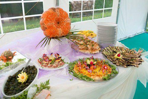 tavolo apparecchiato con antipasti e verdure grigliate