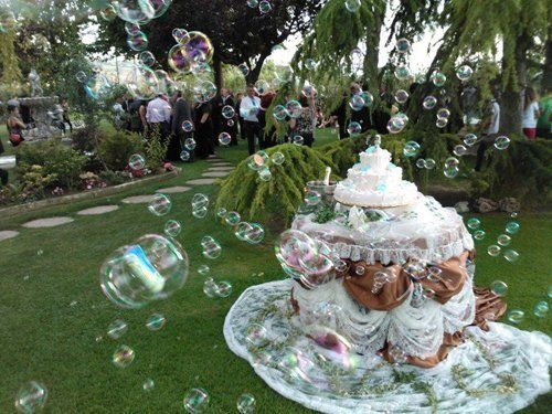 tavolo decorato e torta nuziale in giardino