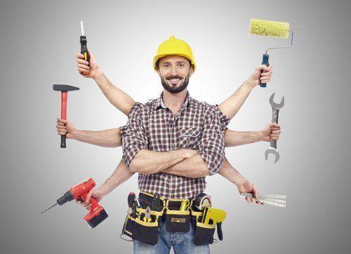un operaio e tante mani con diversi utensili per il fai da te
