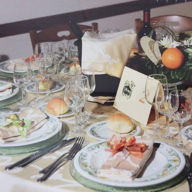 servizi banqueting per la fornitura di tavoli, sedie, posate e bicchieri,
