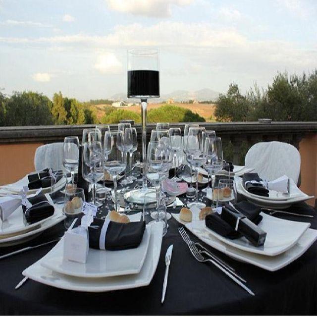 fornitura di tavoli, sedie, stoviglie, ombrelloni e quanto possa servire per un evento indimenticabile.